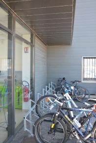 Le débord de toit n'abrite pas complètement les vélos.